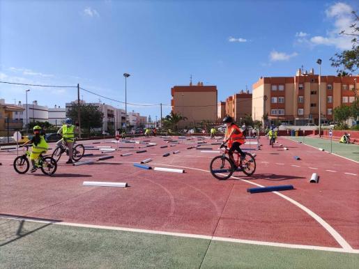 Instantes de la formación vial que reciben los escolares del municipio de Santa Eulària.