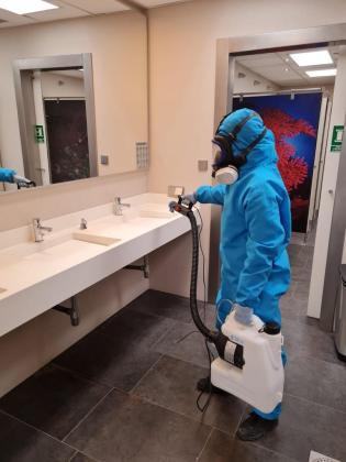 Los servicios, las duchas, el gimnasio, las oficinas y el salón social de Es Nàutic son nebulizados con productos anti-covid tres veces por semana.