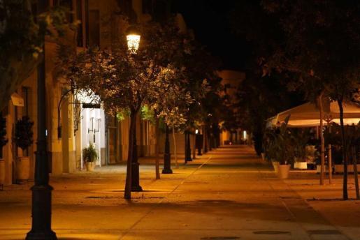 Imagen de una calle vacía en Ibiza, en pleno toque de queda.