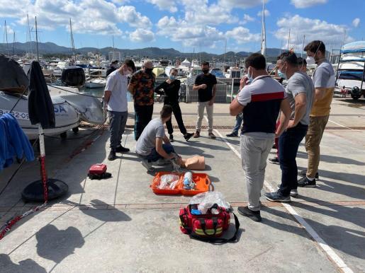 Los cuatro agentes durante una de las clases en el puerto.