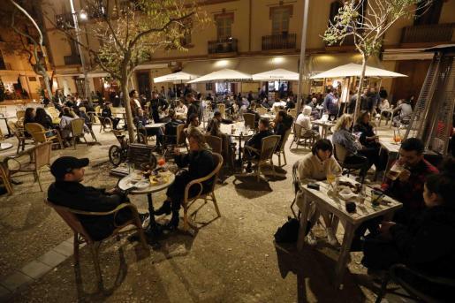 Varias terrazas de la plaza del Parque por la noche.