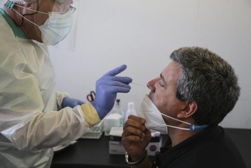 Las pruebas PCR pasarían a costar un máximo de 75 euros.
