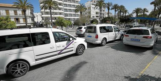 Varios taxis esperan en la una parada de taxi de Sant Antoni.