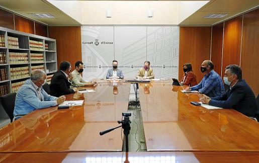 Representantes del Govern y las autoridades ibicencas, reunidos ayer en el Consell.