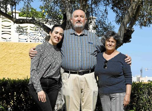 En la imagen, la nueva presidenta del taller, Neus Tur Saura, junto a Antoni Tur Cardona y Peligros Serna.