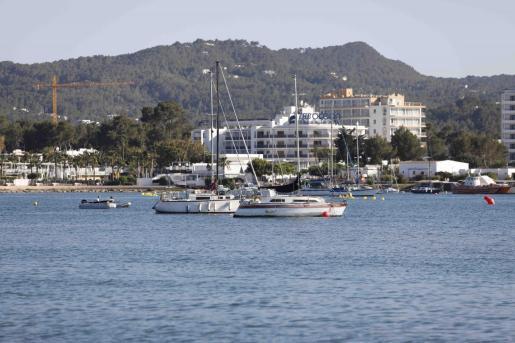Vista del litoral de Sant Antoni, donde este lunes se procederá a la retirada de los fondeos ilegales.