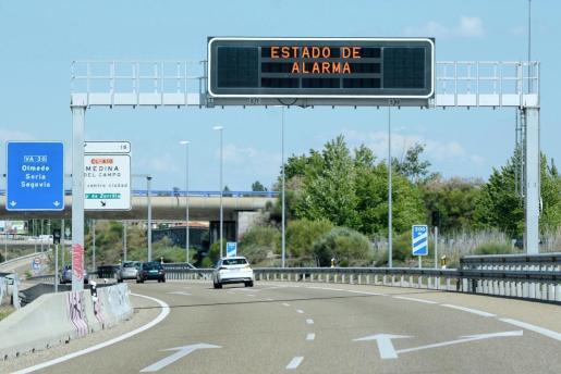Vista de un cartel informativo en una carretera que recuerda la situación de estado de alarma en España.