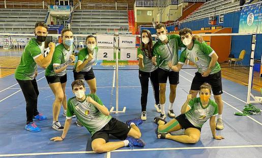 Los integrantes del Club Bádminton Pitiús celebran la victoria junto al marcador del partido contra el Arjonilla, ayer en Huelva.
