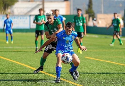 Cobos, centrocampista del Sant Jordi, presiona a Bonet, del Andratx.