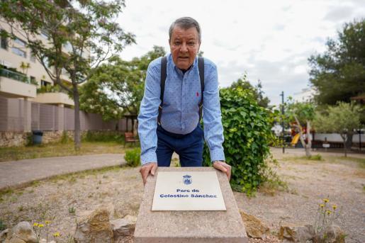 Michel Sánchez, en el monolito que da nombre al parque.