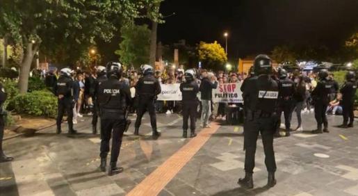 Unas 300 personas se han concentrado la noche del sábado en plaza de España de Palma, para protestar contra el toque de queda.