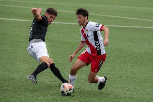 Una acción del partido entre el L'Hospitalet y la Peña Deportiva.