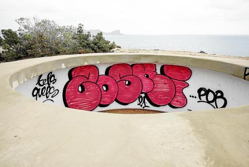 Uno de los espacios para los cañones antiaéreos pintado con un grafiti.