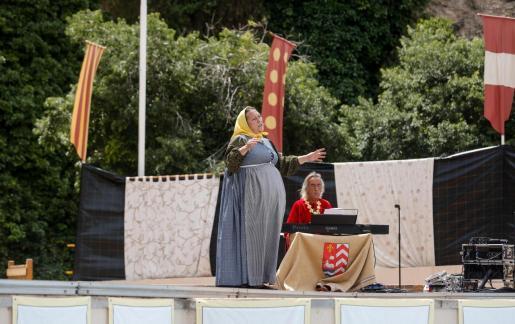 Espectáculos. La tercera jornada del Eivissa Medieval en pequeño formato concluyó con cuentacuentos y un espectáculo de danza oriental para toda la familia.