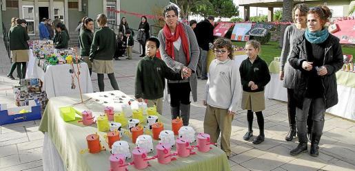 La Asociación de Vecinos Foners y los escolares del centro El Temple instalaron sendos mercadillos a beneficio de proyectos para personas necesitadas