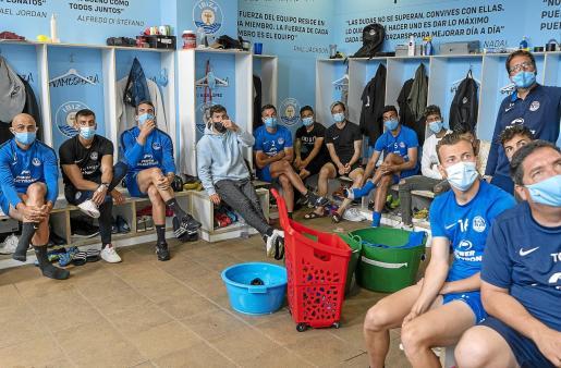 El plantel de la UD Ibiza sigue el sorteo en directo en su vestuario del estadio de Can Misses.