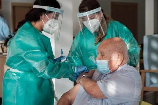Crescencio, de 88 años, la primera persona en recibir la vacuna contra el coronavirus en Ibiza.