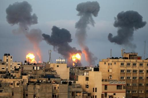 Imagen de las detonaciones y las columnas de humo causadas por el ataque aéreo de Israel.