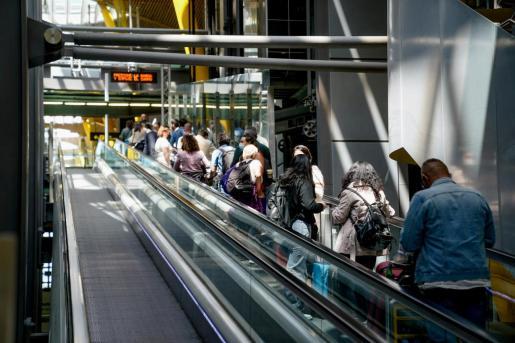 Varias personas en la T4 del aeropuerto Adolfo Suárez, Madrid-Barajas durante el primer día laboral tras el estado de alarma, a 10 de mayo de 2021, en Madrid (España). Tras el fin del segundo estado de alarma, que tuvo lugar ayer domingo 9 de mayo, la Com - A. Pérez Meca - Europa Press