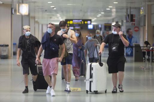 Viajeros británicos, en el aeropuerto de Ibiza el pasado verano.