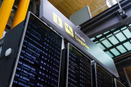 Panel de llegadas en la T4 del aeropuerto Adolfo Suárez, Madrid-Barajas. - A. Pérez Meca - Europa Press