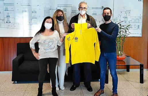 Miembros de la asociación de Voluntarios de Ibiza, junto a Javier Torres.