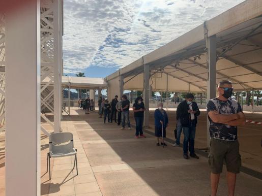 Ciudadanos de Ibiza a la espera de ser vacunados en el Recinto Ferial de Ibiza.