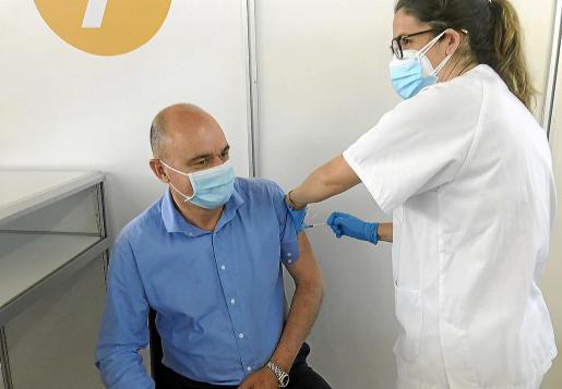 El presidente del Consell d'Eivissa, Vicent Marí, nacido en 1965, recibió ayer la primera dosis de la vacuna e hizo un llamamiento a los ibicencos para que acudan al Recinto Ferial.