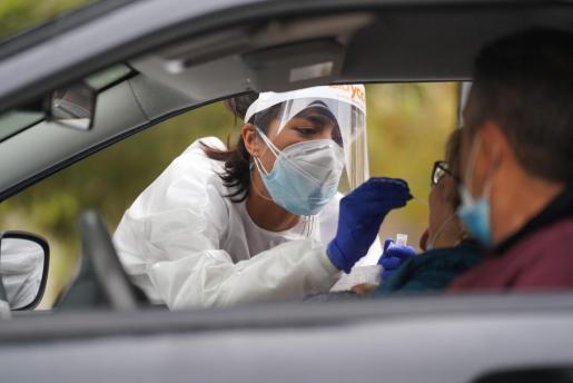 Personal sanitario realiza en Ibiza un test de antígenos.