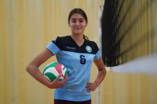Sara Verbeek. Comenzó a jugar al vóley después de ver a su hermana entrenar y jugar y actualmente milita en el Infantil Femenino del UD Ibiza Ushuaïa Volley.