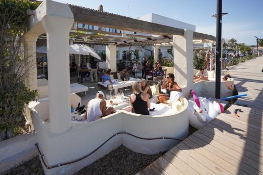 Una terraza de la playa de Talamanca el pasado domingo.