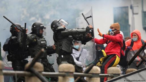 La Policía y manifestantes se enfrentan en las calles de Bogotá, Colombia