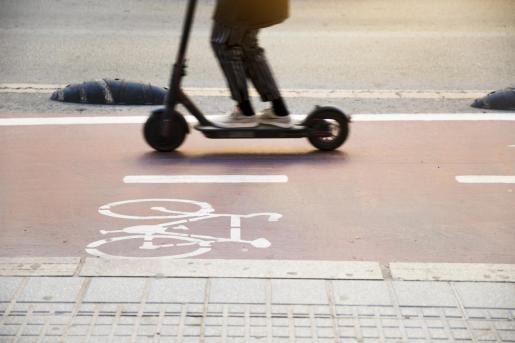 Los patinetes eléctricos no pueden circular por la acera.