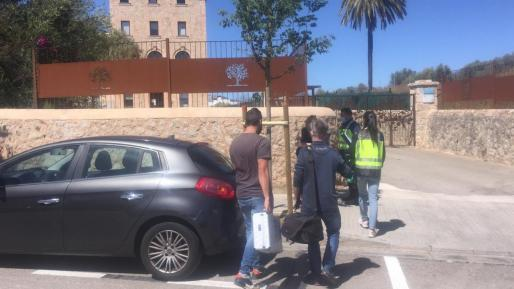 Agentes de la Policía Científica, a su llegada al centro donde se registró el suceso.