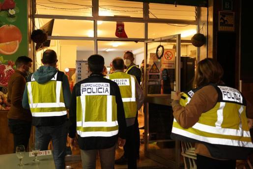 Agentes de la Policía Nacional y de la Policía Local irrumpen en un local de Palma durante una fiesta ilegal.