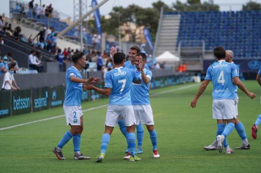 Los jugadores de la UD Ibiza celebran un gol frente al Nàstic.