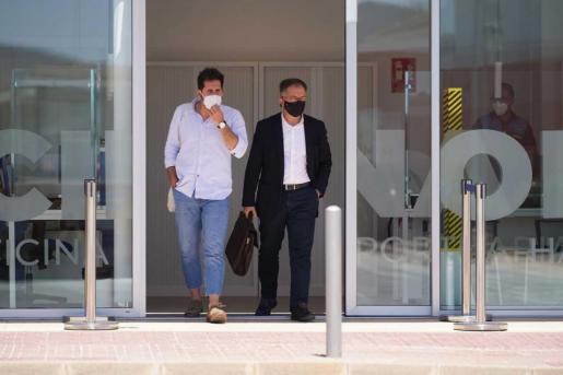 El presidente de Ports IB, Josep Marí (derecha), saliendo de las oficinas del ente portuario en Sant Antoni este pasado jueves.