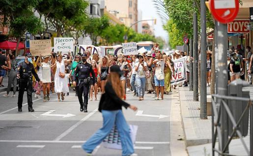 Pese a no estar autorizada, la manifestación del colectivo Respira Ibiza contra el uso de mascarillas y el recorte de libertades por la Covid se desarrolló sin incidentes y en un ambiente festivo.