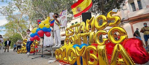 Los colombianos de Ibiza llenaron de color el paseo de Vara de Rey.