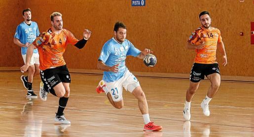 Marc Torres conduce un contraataque durante el partido UD Ibiza HC Eivissa-Torrelavega.