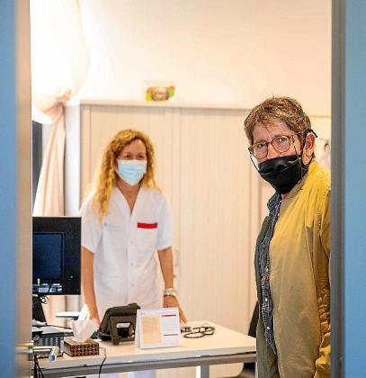 Volver a ver a la doctora. Los pacientes de Atención Primaria ya tienen la opción de elegir entre realizar sus consutas de manera presencial o de manera telefónica. Julio (a la izquierda) ya tiene cita para conocer a su nuevo doctor, Juan Carlos (arriba) visitó a su doctora por primera vez tras la pandemia.