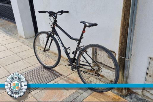 Los agentes retiraron la bicicleta al hombre que iba bebido.