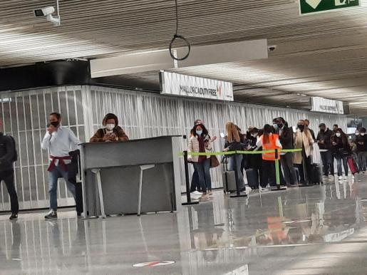 Pasajeros en el aeropuerto de Son sant Joan.