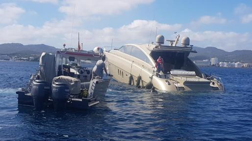 Efectivos del GEAS de la Guardia Civil y una embarcación de una empresa privada han auxiliado en la mañana de este martes a una embarcación de recreo en Sant Antoni.