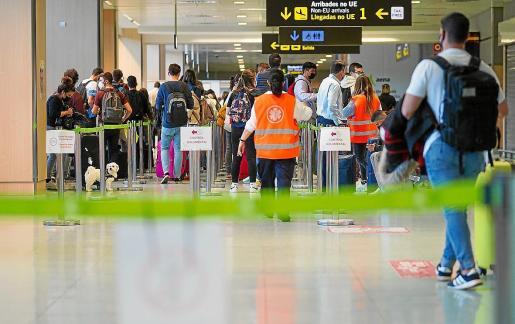 Control de documentación a la salida del aeropuerto de Ibiza.
