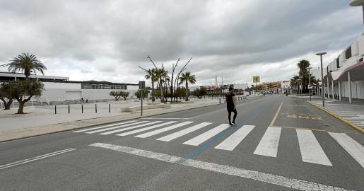 El sector del ocio en Ibiza no trabajó ni un sólo día el año pasado. En la imagen superior, Platja d'en Bossa desértica.