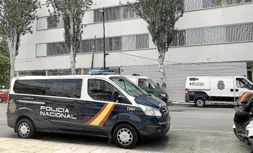 Un vehículo de la Policía Nacional frente a los Juzgados de Ibiza.