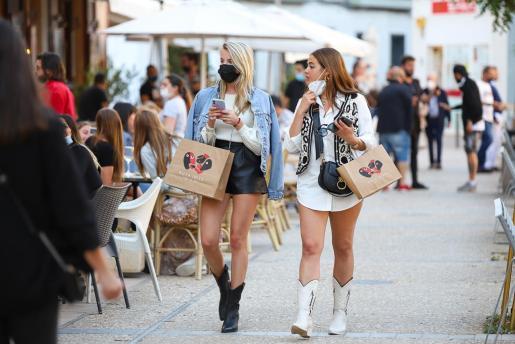 Turistas paseando por el centro de la ciudad de Ibiza.
