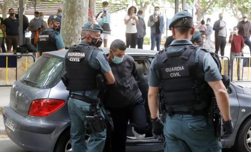 Ali Khouch, custodiado por agentes de la Guardia Civil, el pasado miércoles en los juzgados de Inca.
