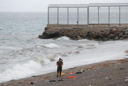 Un soldado español camina vigila la playa de El Tarajal.